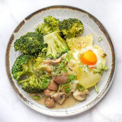 Gegrilde aardappels met broccoli in champignonsaus
