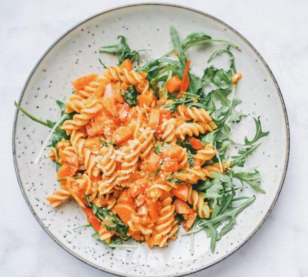 Fusili met tomaat, doperwten en spek
