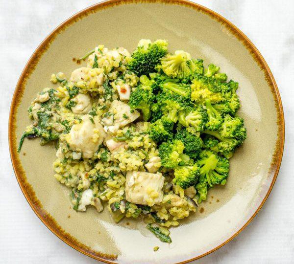 Gele rijst met witvis, broccoli en aubergine