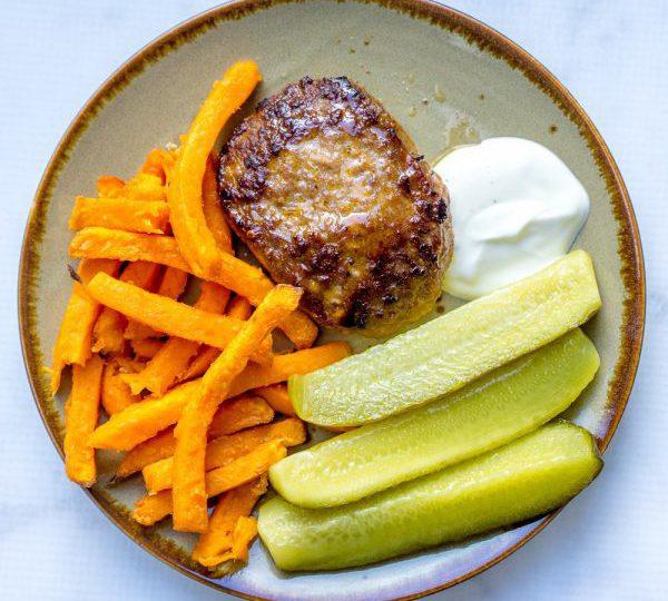 Zoete aardappelfriet met hamburgers