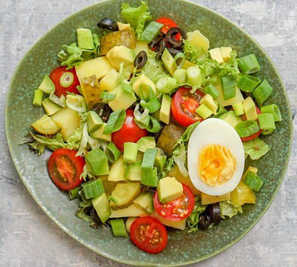 Salade met avocado en ei