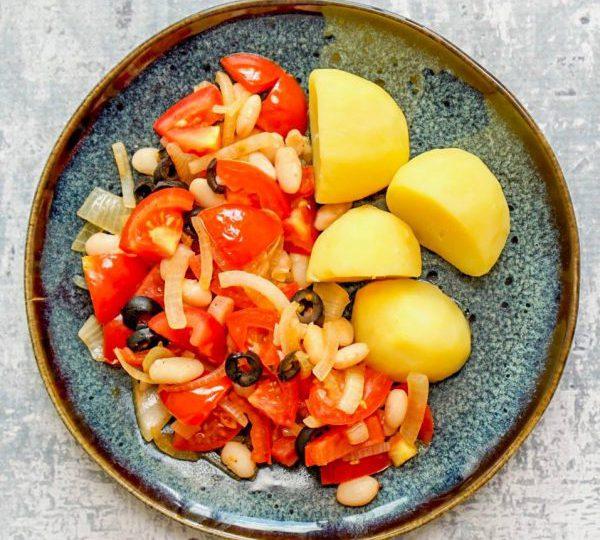 Aardappelen met witte bonen en tomatensaus