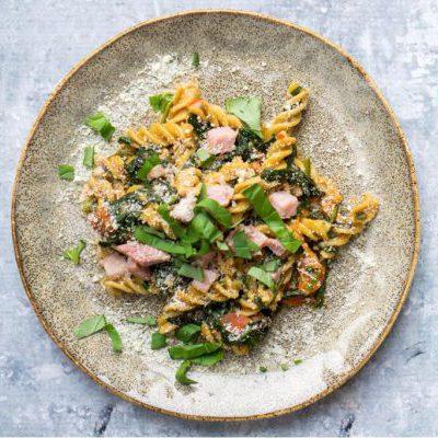 Elke's pasta met groenten-roomsaus en gerookte ham uit de oven