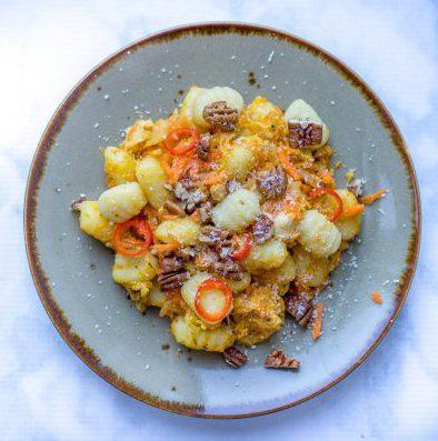 Gnocchi met kip en pecannoten