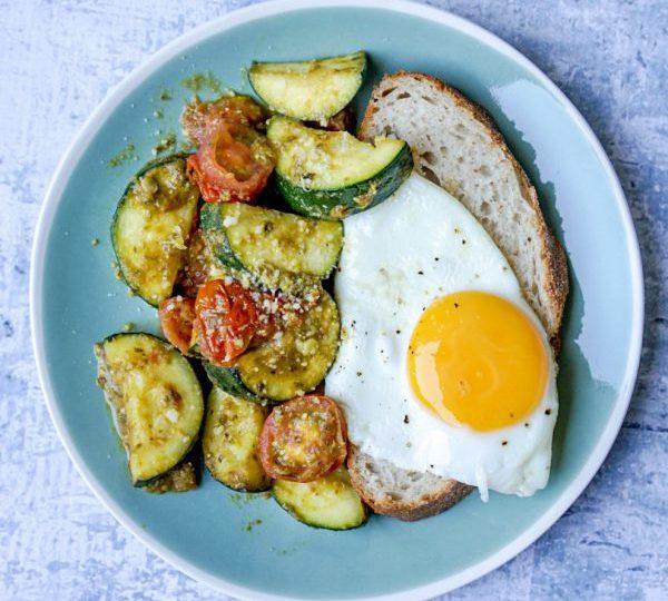 Gebakken courgette met tomaat, pesto en ei