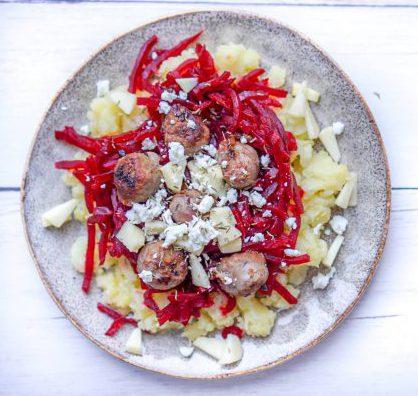 Rode bietenschotel met aardappelpuree en saucijzen