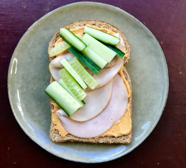 Sandwich met hummus en kipfilet