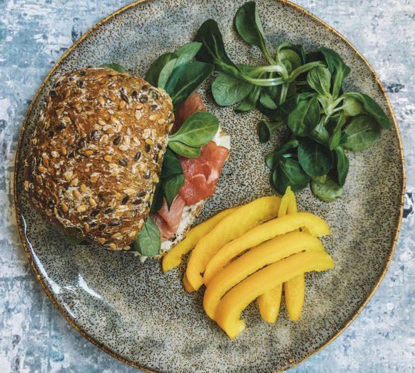 Volkoren broodje rosbief met mierikswortel en veldsla