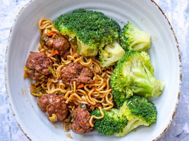 Bami met gehaktballetjes en broccoli