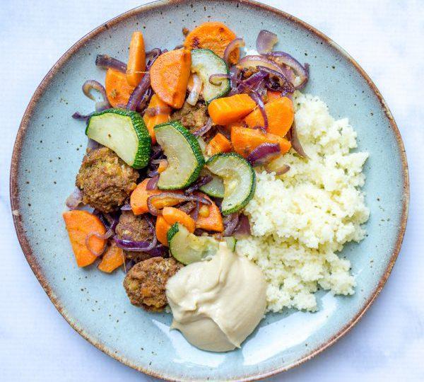 Couscoussalade met falafel en hummus