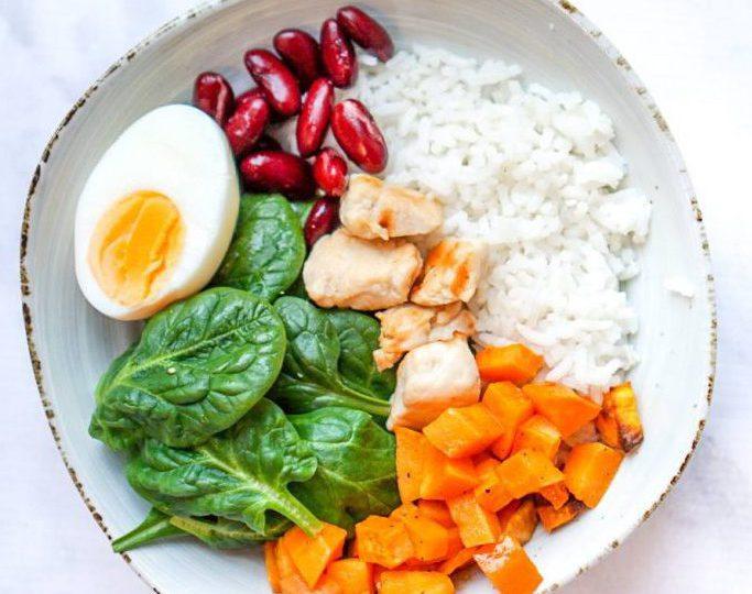 Rijstbowl met kip en ei