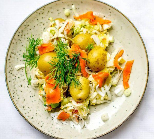 Witlofsalade met nieuwe aardappelen en gerookte zalm
