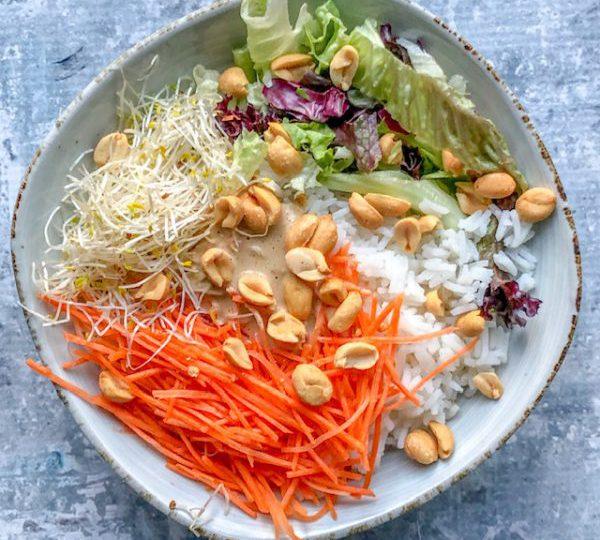 Rijstbowl met wortel, pinda en tahindressing