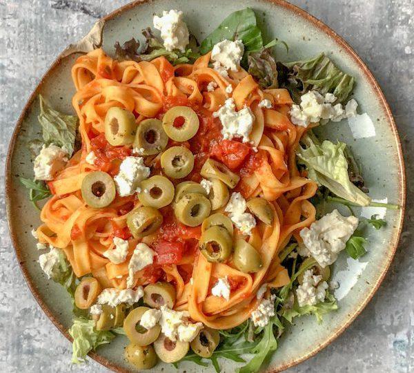 Spaghetti met groene olijven en geitenkaas