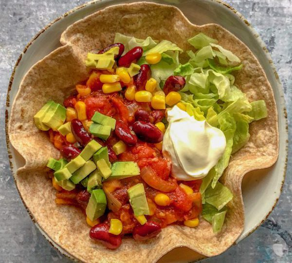 Tortilla bowl met mais en avocado