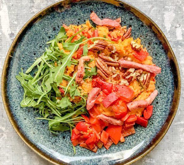 Zoete aardappelstamppot met gegrilde paprika en spekjes
