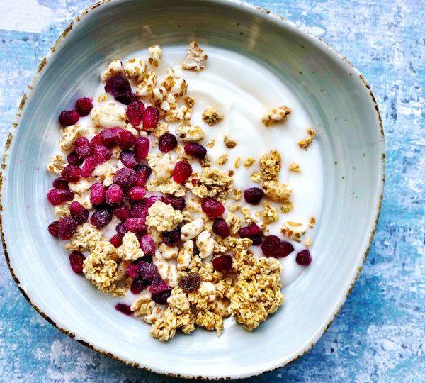 Kokosyoghurt met granola en granaatappelpitjes