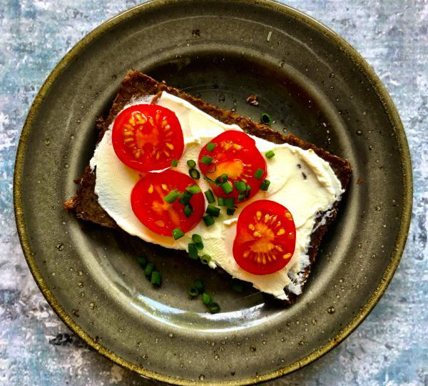 Roggebrood met roomkaas, tomaat en bieslook