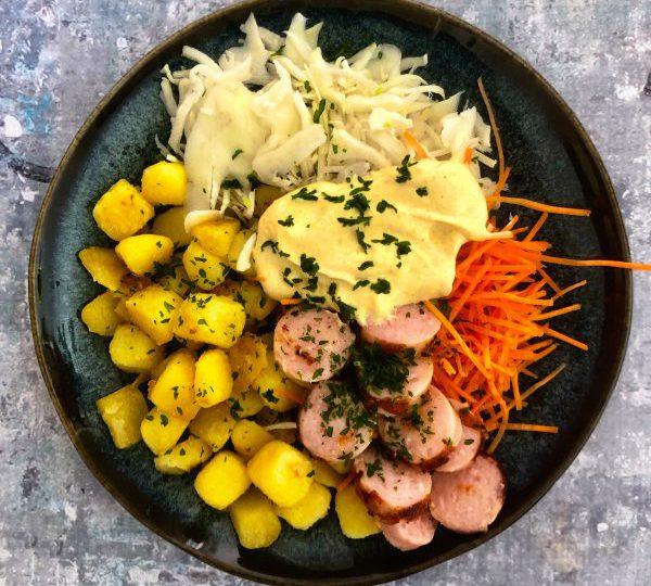 Krieltjesbowl met wortel julienne en worstjes