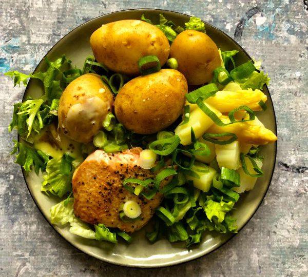 Nieuwe aardappelen met asperges en zalm