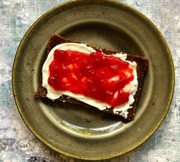 Roggebrood met geitenkaas en aardbeienspread