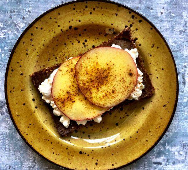 Roggebrood met Hüttenkäse en appel