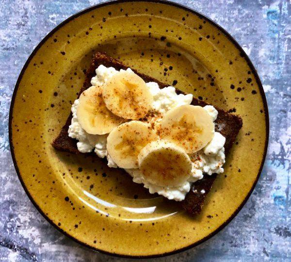Roggebrood met Hüttenkäse en banaan