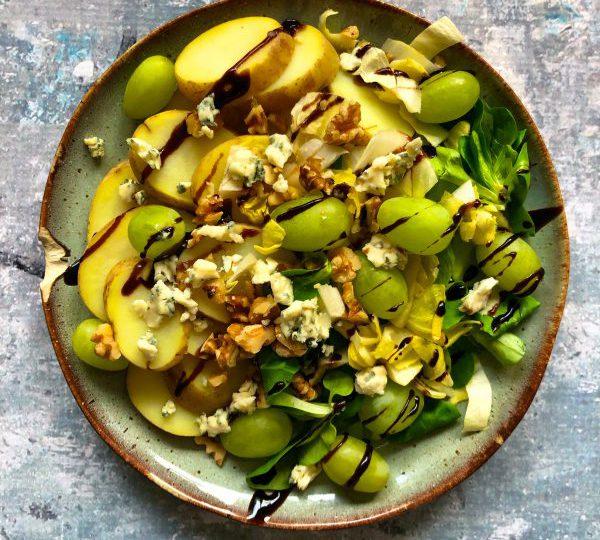 Witlof aardappelsalade met druiven, balsamico en blauwe kaas
